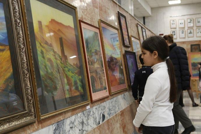 В Махачкале состоялось открытие выставки самодеятельного художника Шамиля Закарияева «Все оттенки пастели» | Новости |