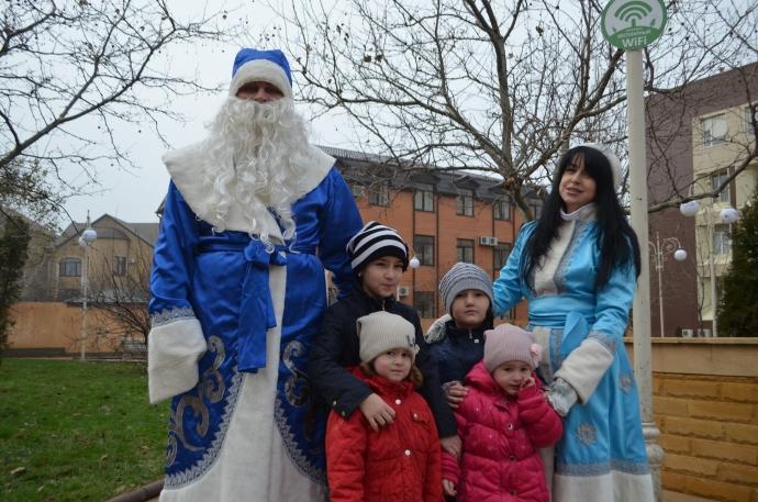 Сказочная карета с Дедом Морозом и Снегурочкой проехала по улицам Махачкалы | Новости |