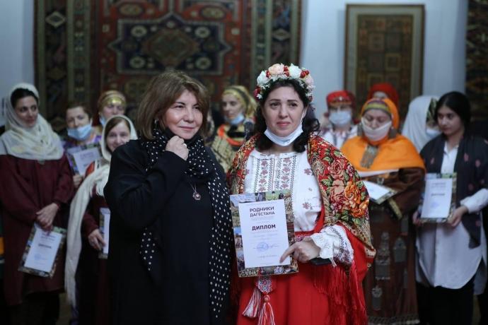 В Махачкале состоялось открытие выставки декоративно-прикладного и изобразительного искусства «Родники Дагестана» | Новости |