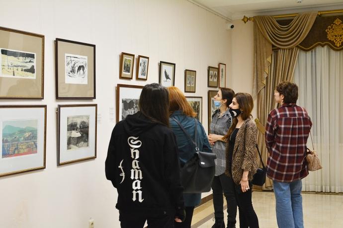 В галерее Дома поэзии открылась выставка II Международной биеннале печатной графики «Кубачинская башня» | Новости |