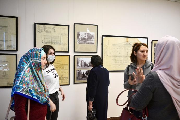 В галерее Дома поэзии открылась выставка «Архитектор Албури Алхазов» | Новости |